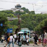 路面電車と熊本城(熊本市)